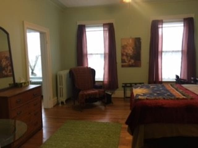 Historic Troy. One Bedroom Apartment/Extended Stay