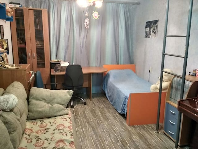 Уютная, светлая комната для вашего удобства.