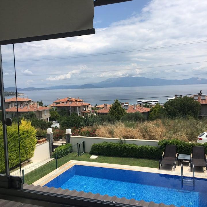 Çeşme'de deniz manzaralı ve havuzlu villa katı