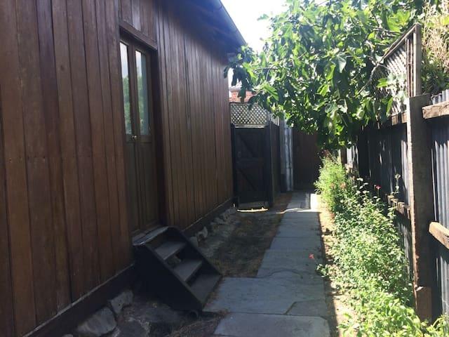 Beautiful heritage listed 1 bedroom cottage - Collingwood - Dům