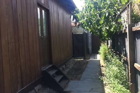 Beautiful heritage listed 1 bedroom cottage - Collingwood