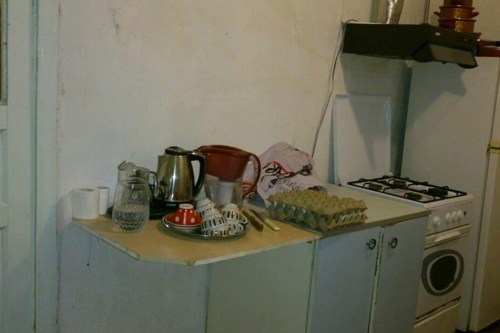 Кухня, газовая плита с духовной , холодильник, стиральная машина