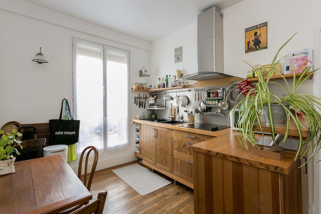 Four, Lave vaisselle, plaques vitro céramique, micro-ondes, grille pain, frigo+congélateur