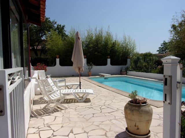 Maisonnette sur propriété avec piscine et parking - La Crau