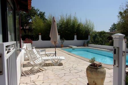 Maisonnette sur propriété avec piscine et parking - La Crau - Dům
