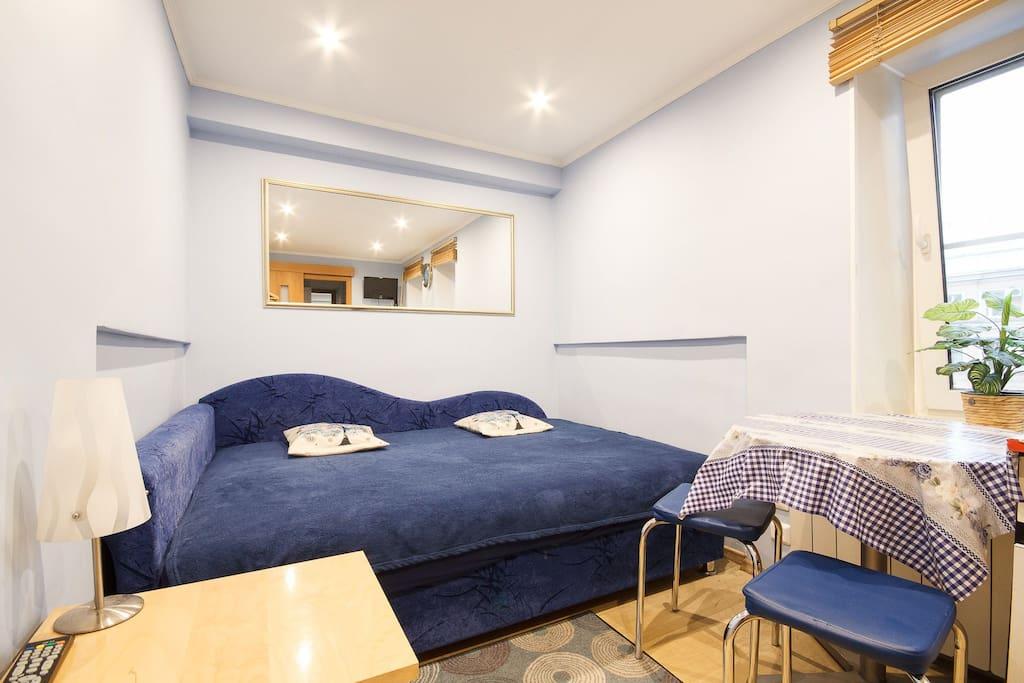 Спальное место - удобная пружинная тахта. Есть столик для ноутбука и принятия пищи