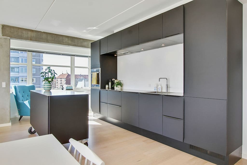 Open kitchen with induction cooking, oven, microwave, dish washer and Quooker (boiling tap water). Also a slowjuicer, blender and Nespresso machine are available for your use.