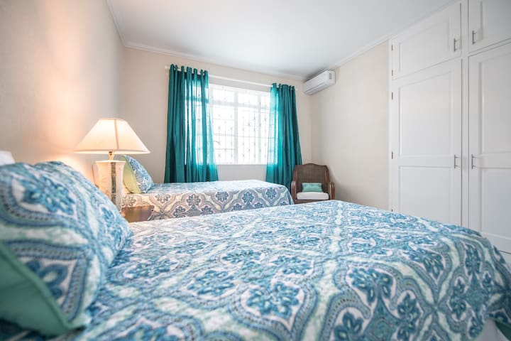 2nd bedroom (guests can select king or 2 twin beds)
