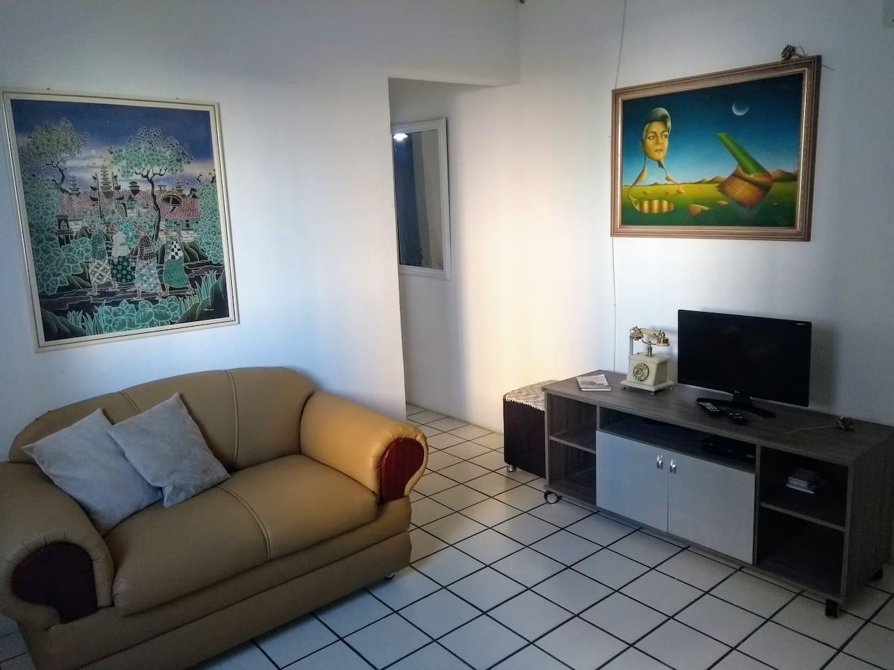 Sala com sofá, tv a cabo e wi-fi.