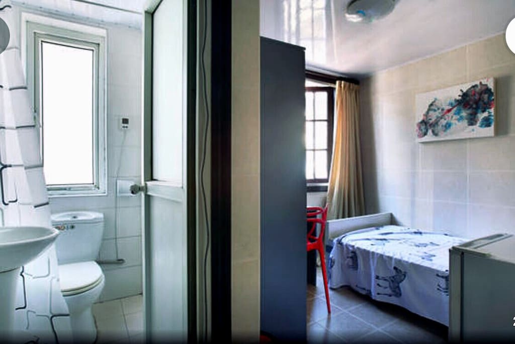 A small suite with independent bathroom and single bed, only for one guest.