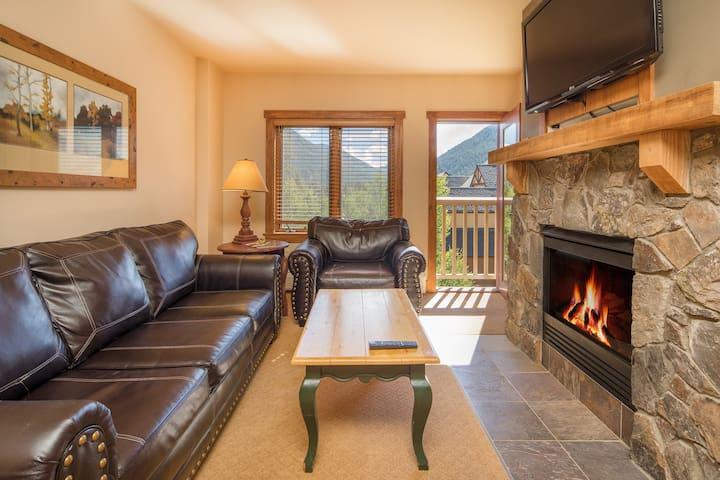 2258 | Gorgeous views, wood floors, 4 season pool.