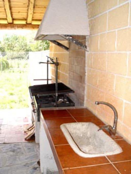 barbacoa  con porche y jardin