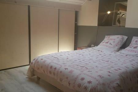 Chambre duplex - maison village - Margencel - 独立屋
