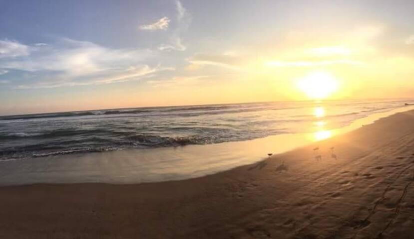 acceso cerca a la playa con esta hermosa vista de puesta del sol.