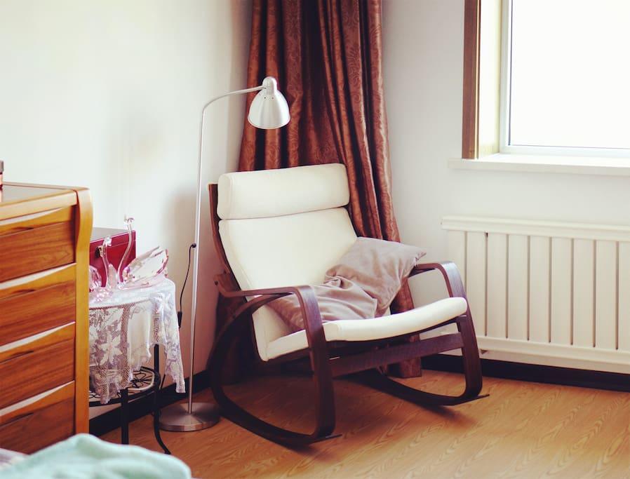卧室空间超大,足足15平,窗片有摇椅,摇啊摇 Rocking chair by bedroom window