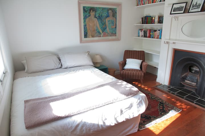 Comfortable double room in centrally-located villa