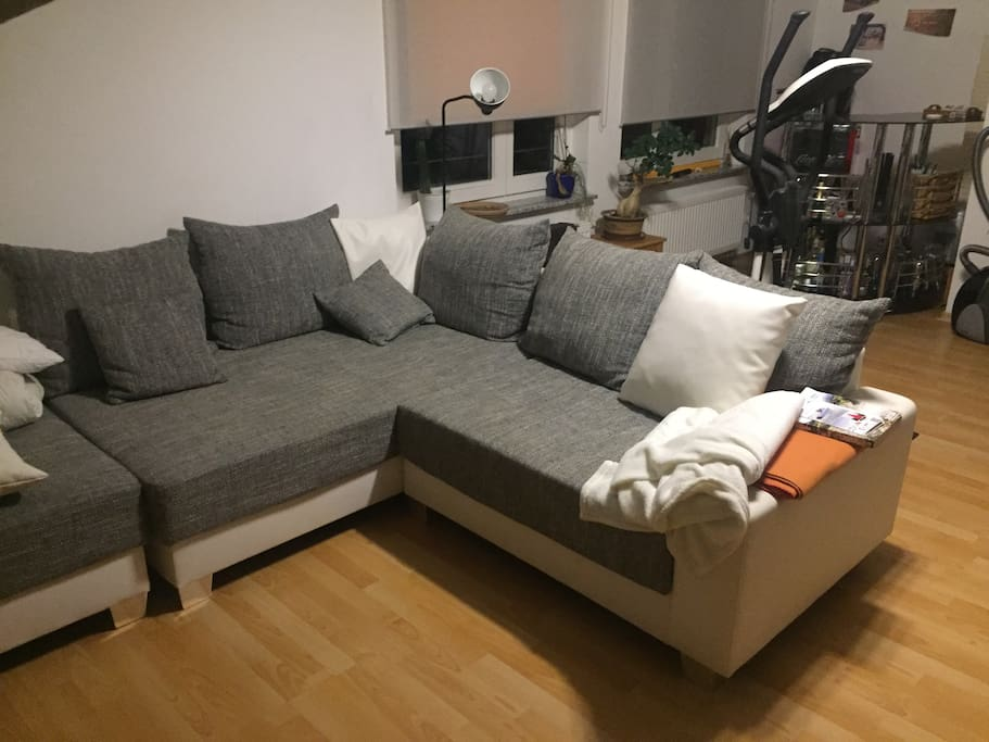 """Die Couch wird dann als Doppelbett umgebaut. Damit der """"Coucheffekt"""" weg ist, habe ich noch eine Ausgleichsmatratze zum Drauflegen."""
