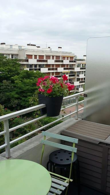 Grand balcon avec table .