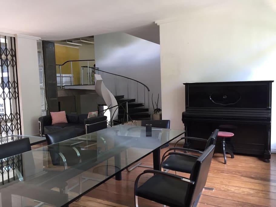 Sala de jantar e reuniões com piano