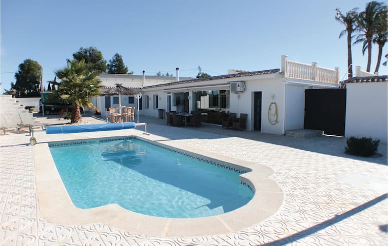 Terraced house with 3 bedrooms on 140 m² in Crevillente