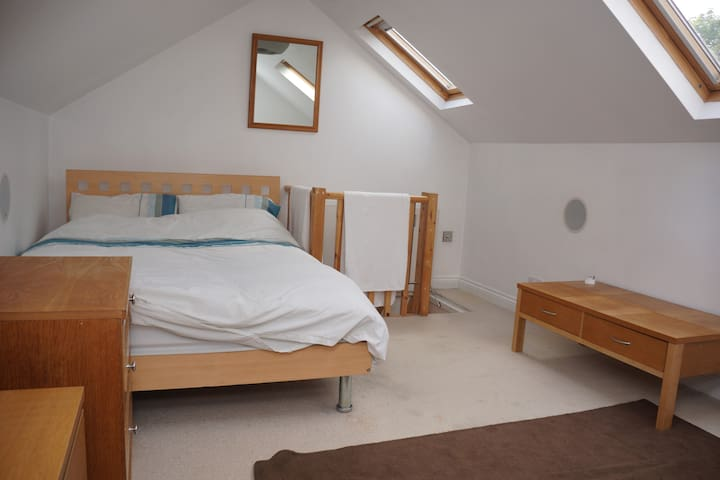 Large Double  Loft Room Luton Town Centre