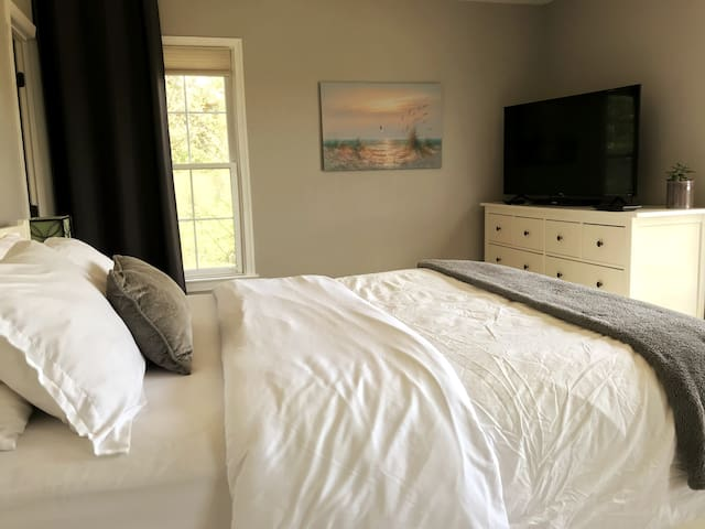 Your Suite includes a queen Size bed with views overlooking the Potomac River and a Roku Television with a simple home screen and easy-to-use remote. Roku TV is a smart TV that's simple to use and easy to love.