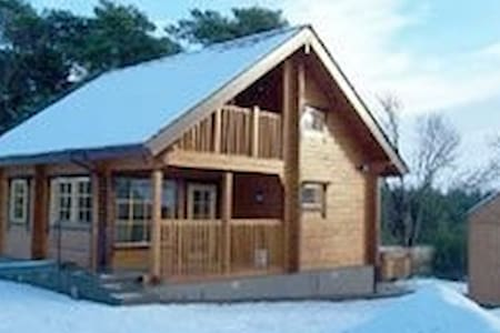 Red Squirrel log cabin with hot tub