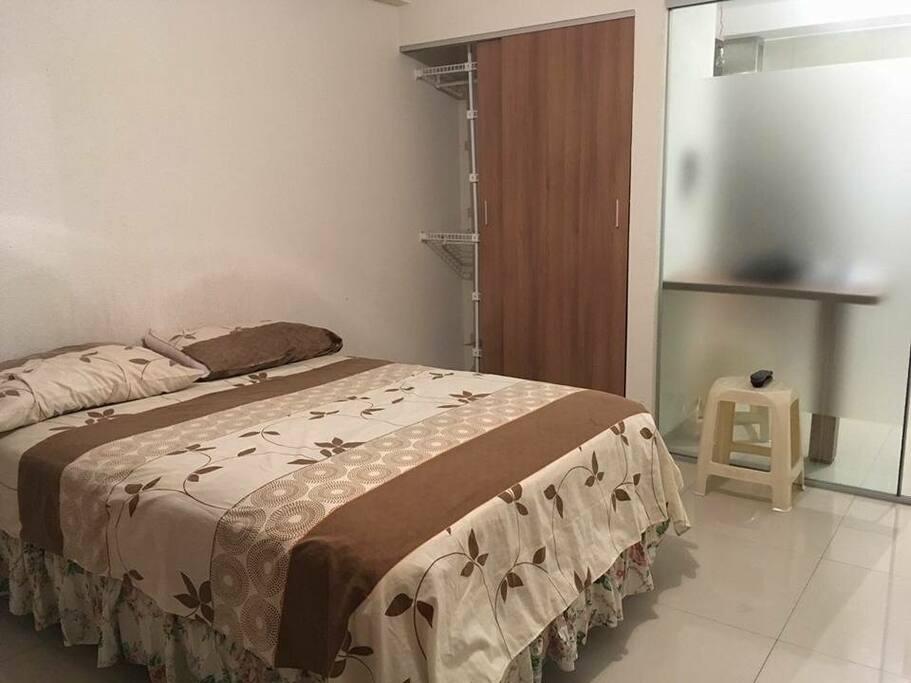 Dormitorio, una cama king size, 2 roperos empotrados