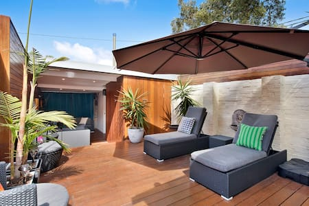 Beautifully Presented Private Terrace Home - Zetland - House