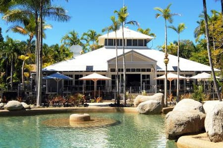 Double bedroom with private bathroom and balcony - Port Douglas - Villa