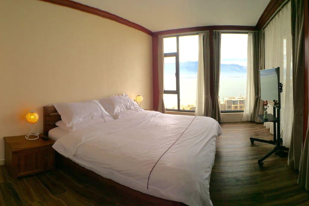 宽敞明亮的卧室,躺在床上即可欣赏迷人风景。四十五英寸夏普平板电视机有数百套精彩节目陪您娱乐,优质席梦思床垫和床品伴你进入梦乡……