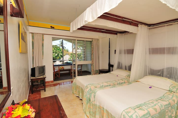 Quiet garden facing rooms with access to the beach