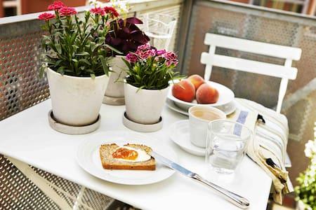 Berlino-Mitte: Design moderno, balcone e colazione