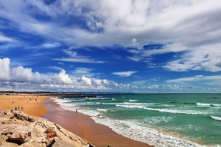 ONLY 5 MINS WALK TO BEACH - 10th FL Apt
