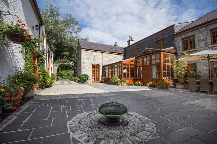 Old World Converted Stableyard with Swimming Pool