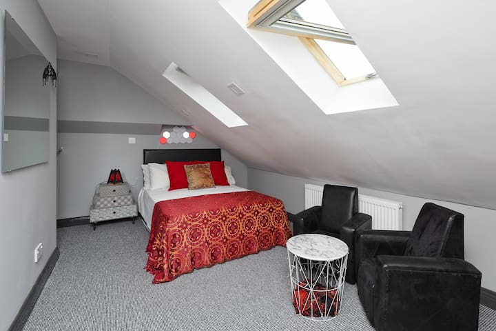 Grey cosy room in CV2, close to Walsgrave hospital