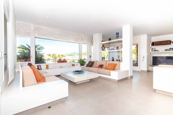 Villa with garden and pool on the coast of Barcelona