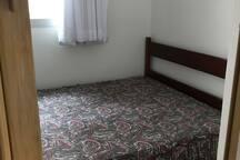 Quarto 4 com cama de casal colocada recentemente no lugar da cama de solteiro