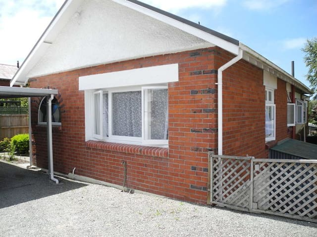 Relax on Rose Street – central Timaru home - Timaru - Hus