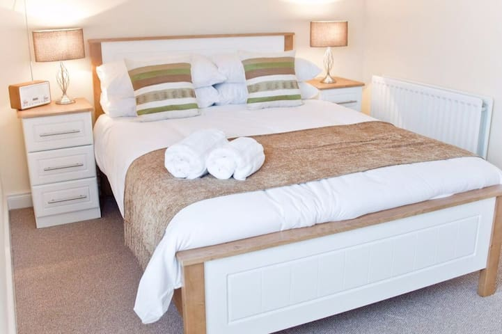 Master bedroom  with comfortable bed and crisp, clean white linen. Plenty of storage (1)