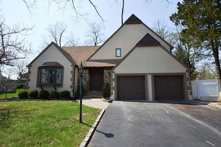 Springfield sleeps 15+ PGA walkable - springfield township - House
