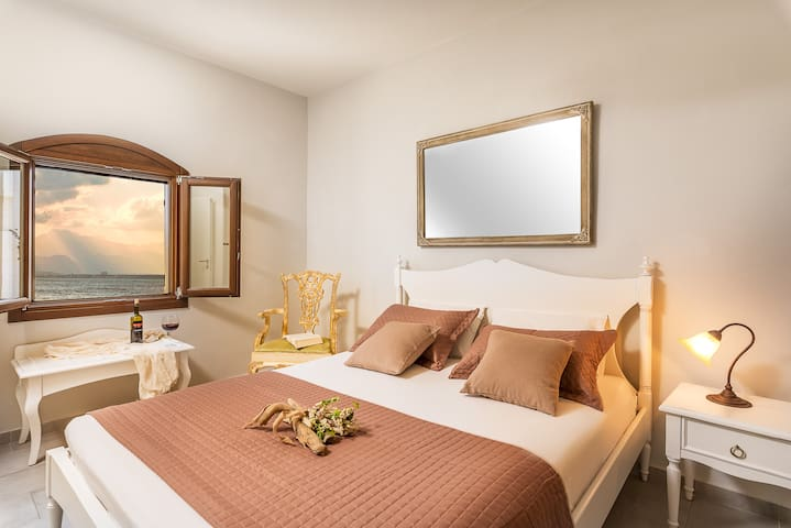 Double bedroom with magnificent seaview of the window.
