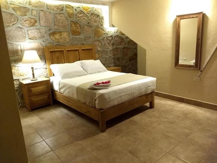 Hermosa habitación con muro de piedra