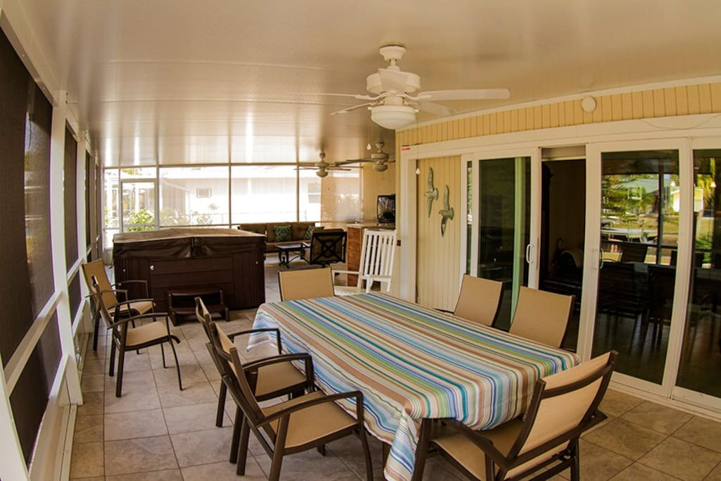Lanai dining area (table extends to seat 8)