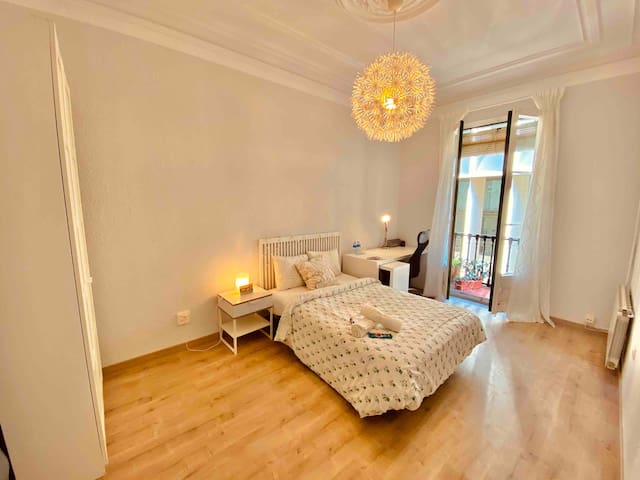 AMAZING LARGE DOUBLE ROOM WITH BALCONY IN RAMBLAS