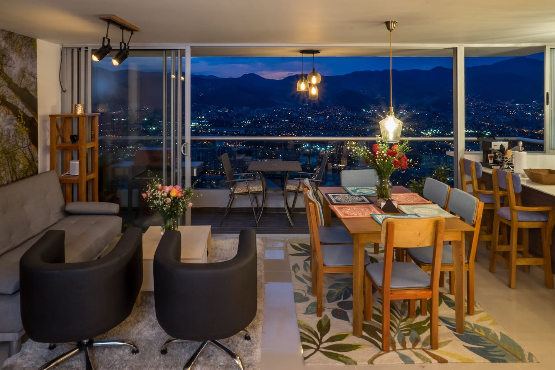 nuestro hermoso apartamento se encuentra en el piso 24, nos regala una expectacular vista de 180 grados de toda cuidad, al caer la noche te sientes en un lugar magico
