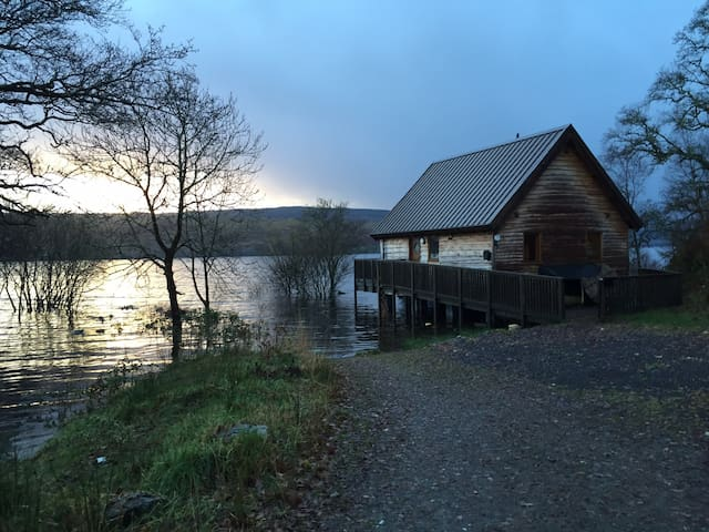 Lochside Log Cabin with Hot Tub