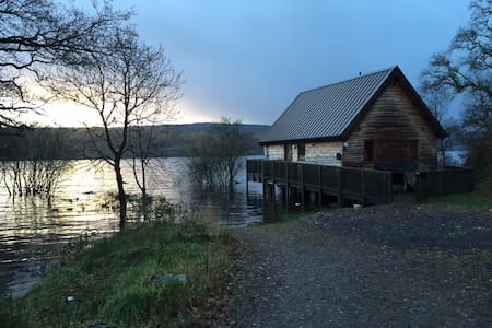 Lochside Log Cabin with Hot Tub - Dalavich