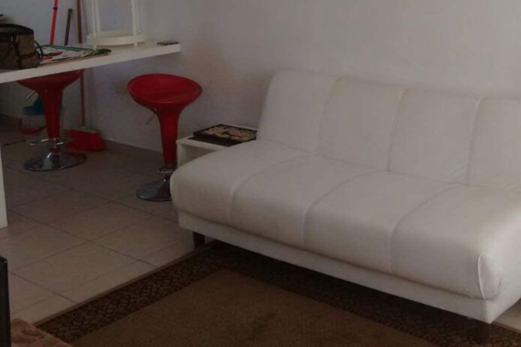 En adición a las 2 recámaras hay dos sofás cama