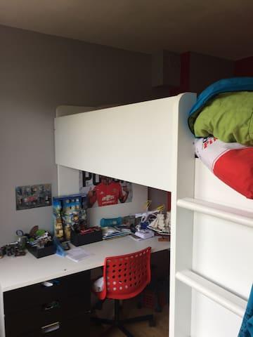 La chambre d'enfant garçon